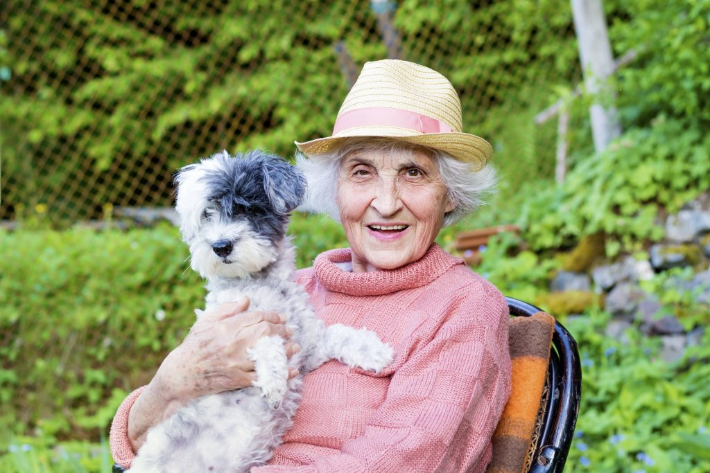 Abb.: Seniorin mit Hund
