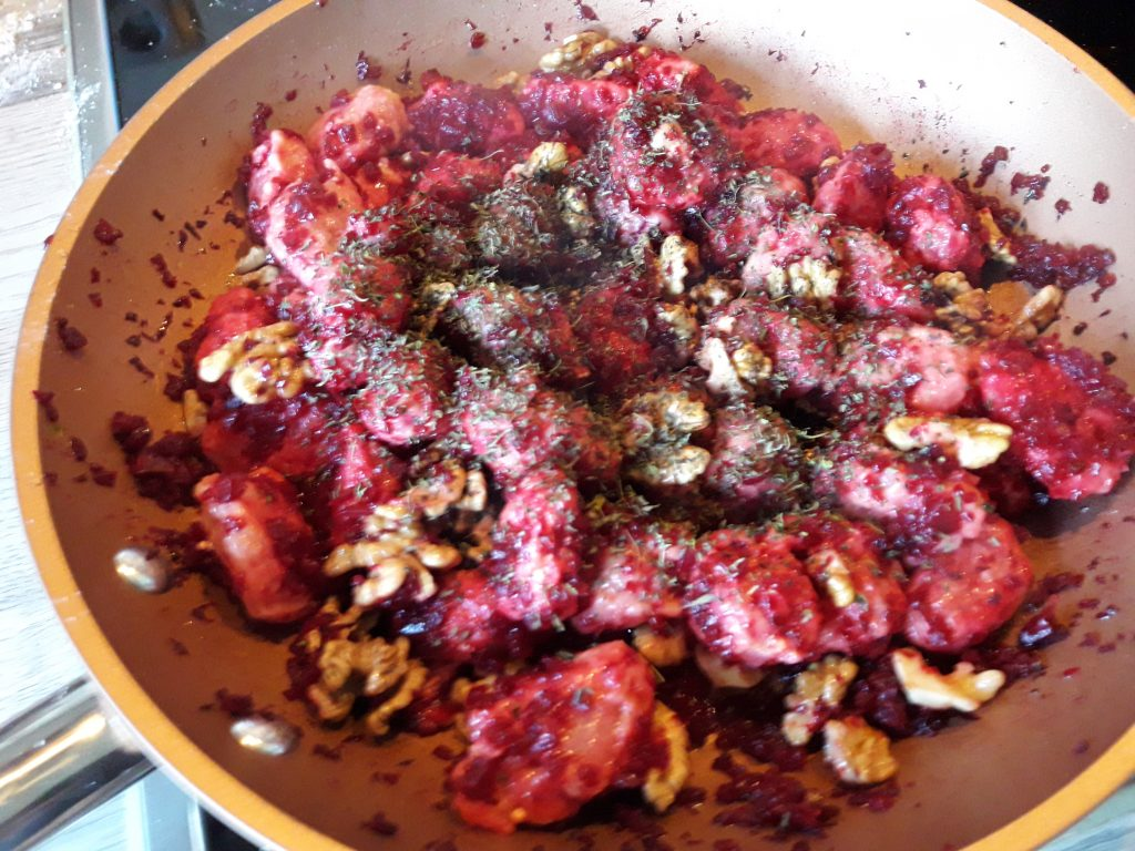 Rote Bete-Gnocchi in Walnussbutter